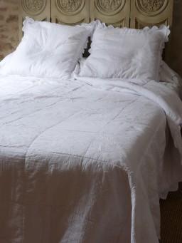 boutis couvre lit romantique et plaid boutis aux tissus fleuris. Black Bedroom Furniture Sets. Home Design Ideas