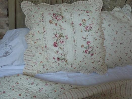 couvre lit boutis roses anciennes 260 260 cm. Black Bedroom Furniture Sets. Home Design Ideas