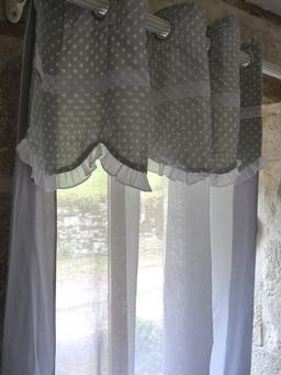 Les rideaux assortis à nos boutis, en cotonnade imprimée, unis ou