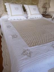 couvre lit grande taille table de lit. Black Bedroom Furniture Sets. Home Design Ideas