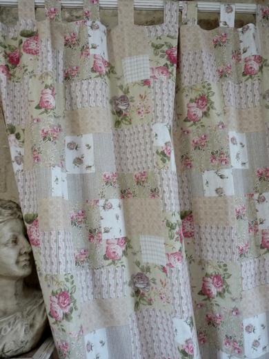 rideaux fleuris assortis au boutis de rose et de feuillage