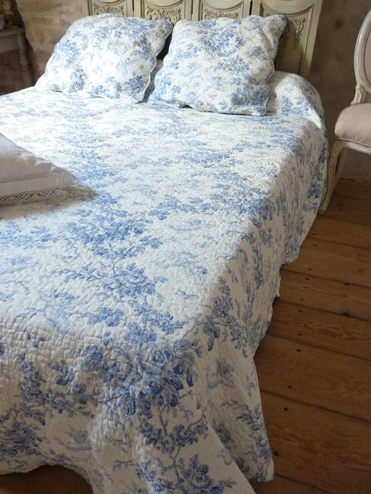 couvre lit toile de jouy bleu dessus de lit bleu aux angelots et bouquets 230/250 cm et deux taies couvre lit toile de jouy bleu